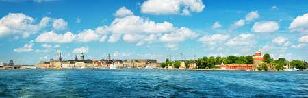 Blick nach Stockholm mit einer Fähre vom Meer aus Standard-Bild - 75281297