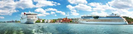 SView nach Stockholm vom Meer in Schweden. Zwei Fähren sind in der Nähe von Stockholm am schönen sonnigen Tag. Standard-Bild - 75203172