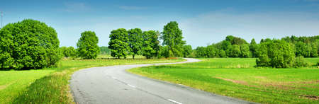 Road panorama op zonnige zomerdag