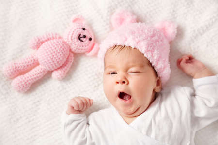 귀여운 신생아 아기 소녀 침대에 누워 스톡 콘텐츠 - 76403791