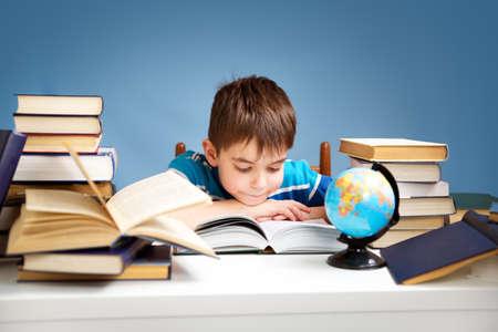 7 Jahre altes Kind ein Buch zu lesen Standard-Bild