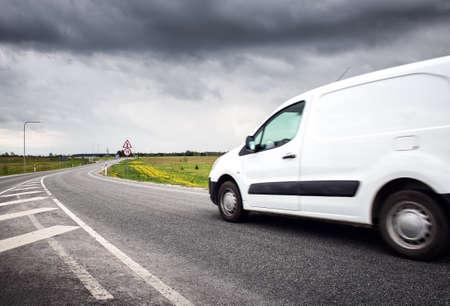Carretera asfaltada con un camión pequeño Foto de archivo - 80346301