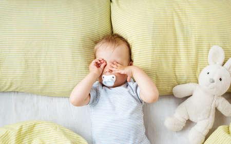 침대에서 한 살짜리 아기 스톡 콘텐츠