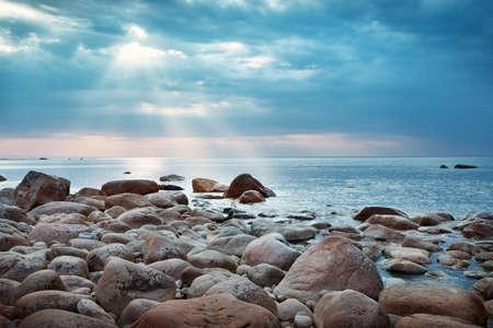Rotsachtige kusten bij de zee