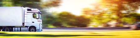 LKW , der am sonnigen Abend sich bewegt Standard-Bild - 83261802