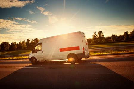 asfaltweg met een kleine vrachtwagen. van bewegende op zonnige dag