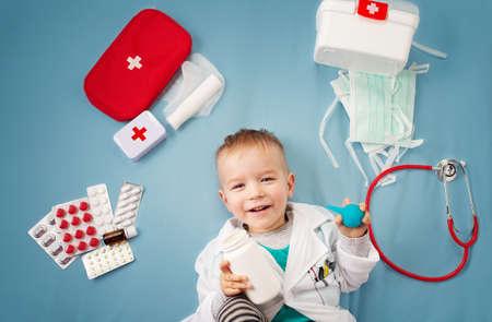 Kind mit Bandagen im Bett liegend Standard-Bild - 87052812