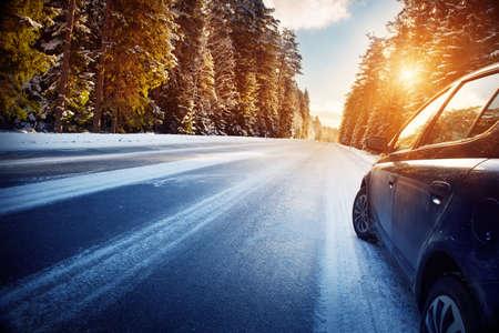 朝の冬の道