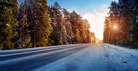 冬の道路の車のタイヤ 写真素材