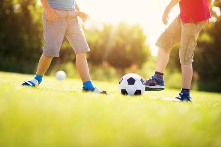 Jongens voetballen op het veld met poorten Stockfoto - 94246370
