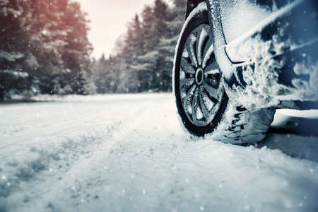 Car tires on winter road Imagens - 94187580
