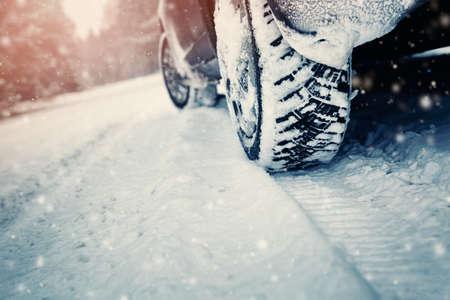 Autobanden op de winterweg Stockfoto