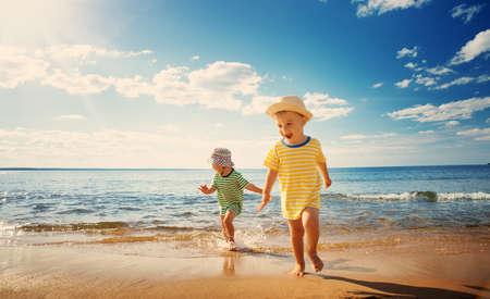 소년과 소녀는 해변에서 놀고