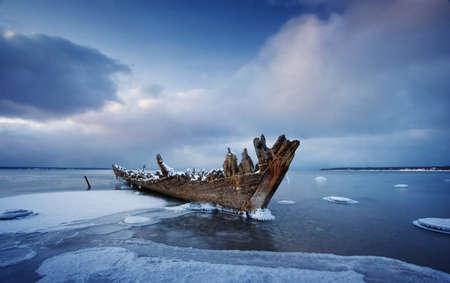antiguo naufragio de madera