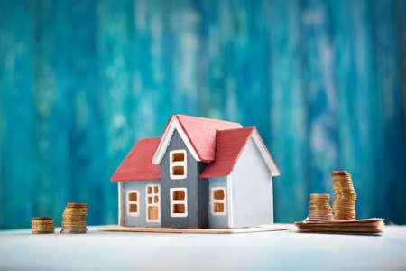 Czerwony dom na drewnianym tle z banknotami