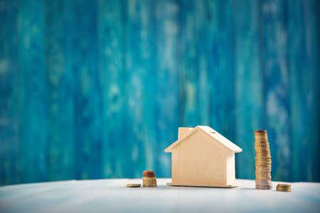 Huis met aan de zijkant gestapelde munten Stockfoto - 94896283