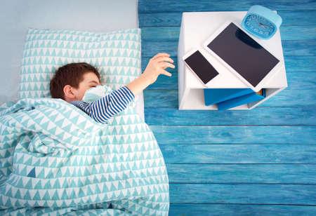枕の上でベッドで寝ている8歳の子供