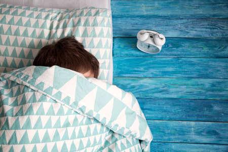 Bambino di otto anni che dorme nel letto sul cuscino Archivio Fotografico - 95829697
