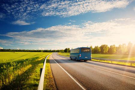 美しい春の日にアスファルト道路上のバス