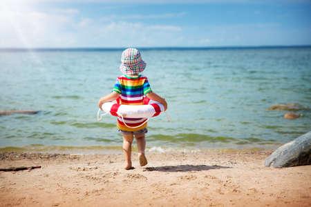 kleine jongen spelen op het strand in hoed Stockfoto