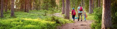 Vader en jongens gaan kamperen met tent in de natuur