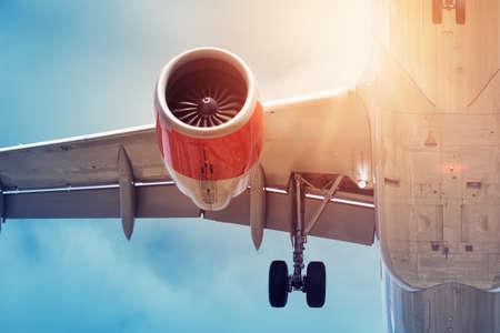 Nahaufnahme eines Flugzeugs bei der Landung. Flugzeugturbine und Flügelansicht