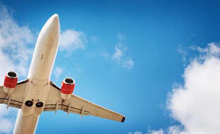 Nahaufnahme eines Flugzeugs bei der Landung Standard-Bild