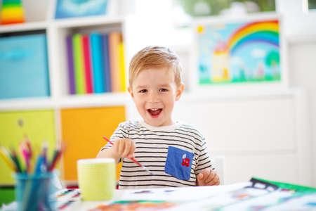 Klein kind puttend uit het papier in de kamer