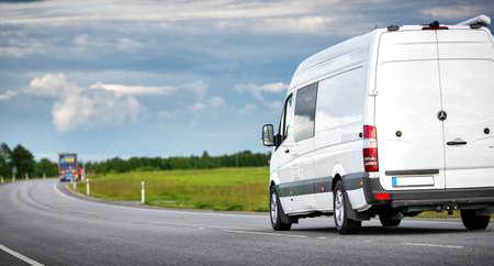 route goudronnée avec un petit camion