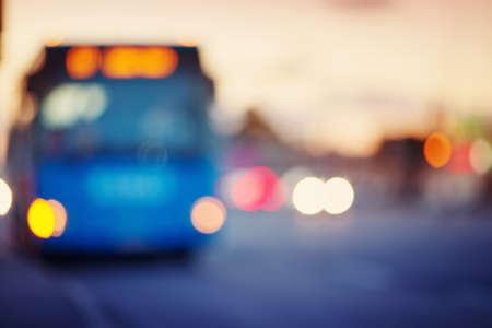 Feux de circulation dans la ville pendant la nuit