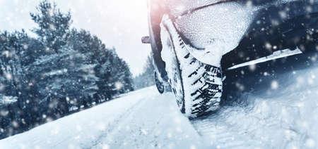 Close-up van autobanden in de winter op de weg