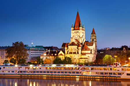 Kościół Świętego Franciszka z Asyżu na Dunaju w Wiedniu, Austria w nocy
