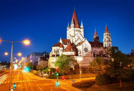 Sint Franciscus van Assisi kerk aan de Donau in Wenen, Oostenrijk 's nachts