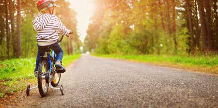 ヘルメットをかぶった自転車に乗った子供 写真素材