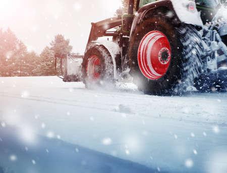 Pulizia Tracktor sulla strada invernale coperta di neve