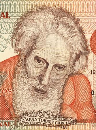 Joaquín Torres García (1874-1949) en billetes de 5 pesos Uruguayos 1998 de Uruguay. Artista plástico uruguayo, el teórico del arte y el fundador de universalismo constructivo. Foto de archivo - 7008459