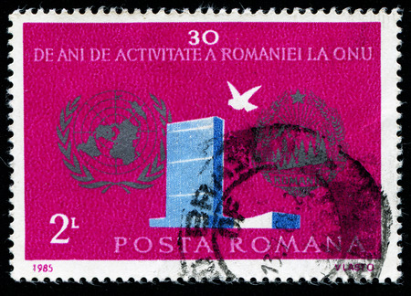 sello: ROMANIA - CIRCA 1985: A stamp printed in Romania shows Dove and the inscription 30 years of Romania to the UN, circa 1985