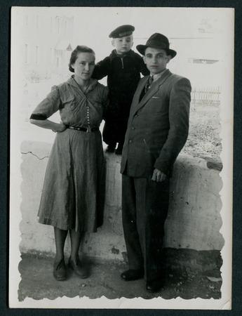 USSR - CIRCA 1960: Vintage photo shows Group family portrait, 1960 新聞圖片