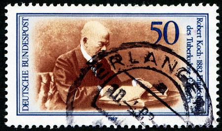 descubridor: Alemania - CIRCA 1982: un sello impreso en la Alemania muestra Robert Koch, descubridor del bacilo de la tuberculosis, alrededor del a�o 1982 Editorial
