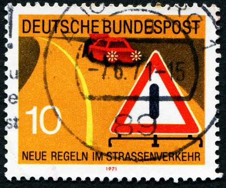 stempeln: GERMANY - CIRCA 1971: A stamp printed in Germany from the New Road Traffic Regulations (2nd series) issue shows warning of obstruction sign, circa 1971.