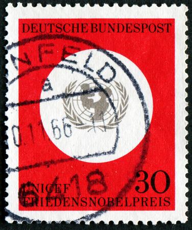 unicef: Germania - CIRCA 1995: Un timbro stampato in Germania mostra UNICEF Emblema, conferimento del Premio Nobel per la Pace 1965 l'UNICEF, circa 1995