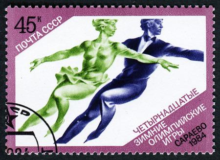 deportes olimpicos: URSS - CIRCA 1984: Un sello impreso en la URSS muestra el patinaje artístico, la serie 14a Juegos Olímpicos de Sarajevo 1984, alrededor del año 1984 Editorial