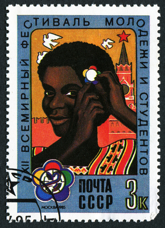 stempel: USSR - CIRCA 1985: A stamp printed in USSR from the 12th World Youth and Students Festival, Moscow  issue shows girl with festival emblem in hair, circa 1985.