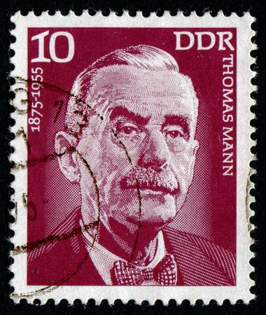 DDR - CIRCA 1975: Ein Stempel in der DDR gedruckt zeigt das Porträt des Porträts von deutschen Schriftsteller Thomas Mann, circa 1975