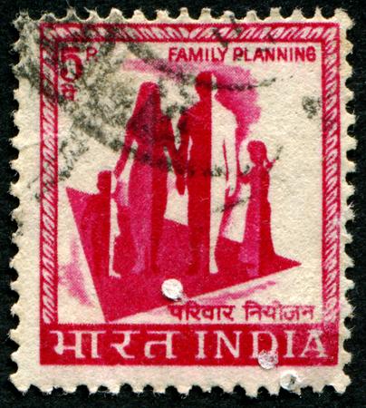 """planificacion familiar: INDIA - CIRCA 1965: Un sello impreso en la India muestra la imagen de una familia con la inscripci�n """"planificaci�n familiar"""", serie, alrededor del a�o 1965"""