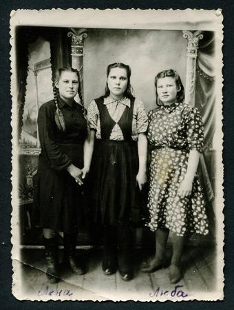 fondo blanco y negro: URSS - CIRCA 1950: Un antiguo Negro y blanco foto muestra a tres mujeres j�venes