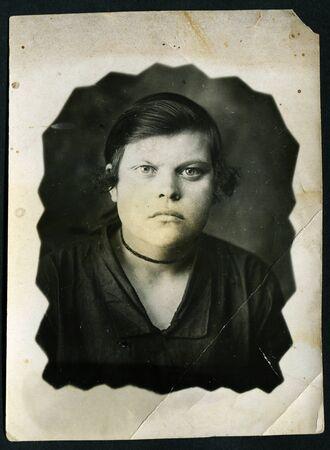 fondo blanco y negro: URSS - CIRCA 1970: Un antiguo Blanco y Negro muestra de fotos de estudio retrato de una mujer joven