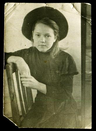 Archivio Fotografico - URSS - CIRCA 1950  foto Vintage mostra ragazza in un  cappello seduto su una sedia 2df9556d206b