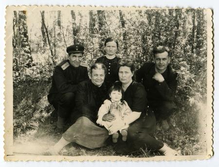 fondo blanco y negro: URSS - CIRCA 1970: Un antiguo Negro y blanco de picnic demostraci�n de la foto de la familia