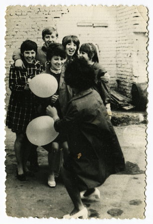 Ussr - CIRCA 1970s: An antique Black & White photo show funny girl with balloons 新聞圖片
